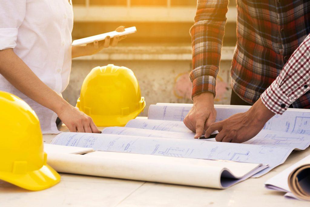 három építész szakember a terven dolgozik